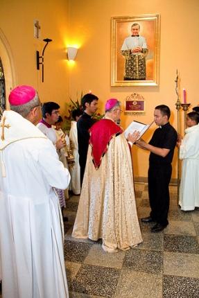 En el momento de la bendición de la imagen en la catedral de Jaro