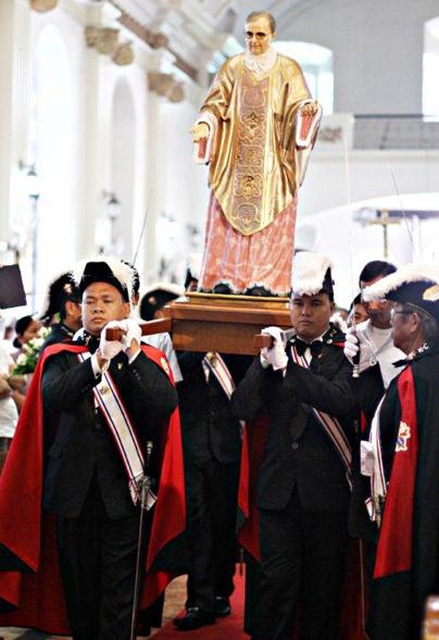 Miembros de la Asamblea del Padre Gregorio Crisostomo en Malolos llevan la imagen de San Josemaría Escrivá, en la catedral de Malolos